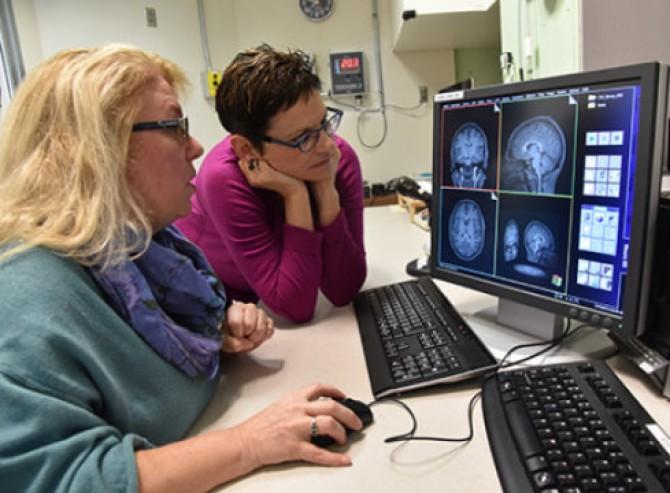 연구를 주도한 조안 루비 박사(오른쪽)가 연구원과 함께 미취학 아동들의 뇌 발달 상태를 살피고 있다. - 로버트 보스턴 제공